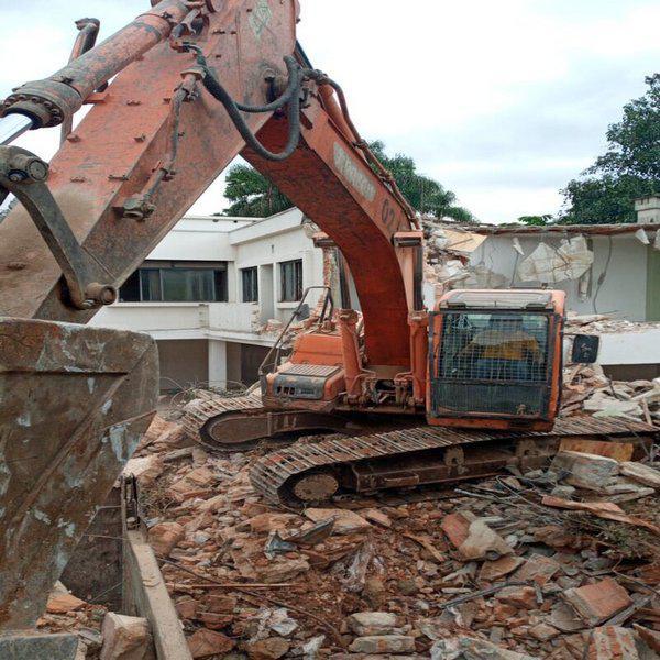 Demolição mecanizada de concreto