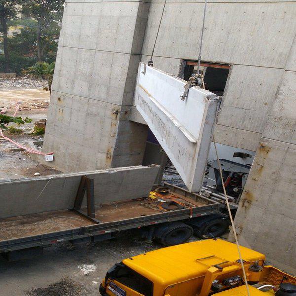 Demolição mecanizada de concreto armado
